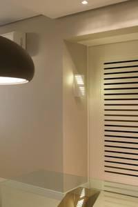 porta venezianda em laca:   por Cintia Sauner Arquitetura e interiores