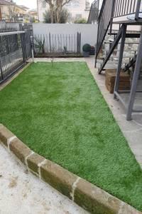 Giardino in erba sintetica: Giardino in stile in stile Minimalista di Quartiere Fiorito