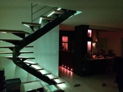 Escalier métallique débillardé: Couloir, Entrée & Escaliers de style de style Moderne par LBMS. Fabrice Lamouille