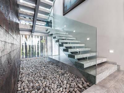 Corredores, halls e escadas modernos por Arq. Bernardo Hinojosa