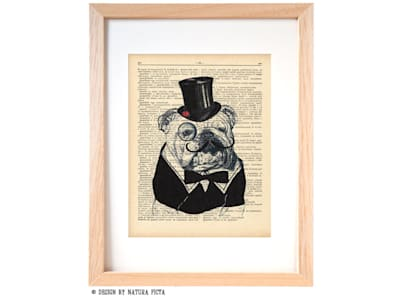 Sir bulldog with a little ladybug on his hat dictionary print:  in stile  di NATURA PICTA
