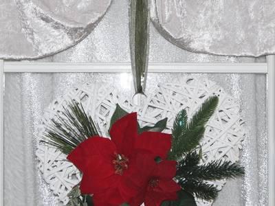 Türdekoration Weihnachten mit einem Rattanherz und Weihanchtssternen in rot grün:   von GP METALLUM