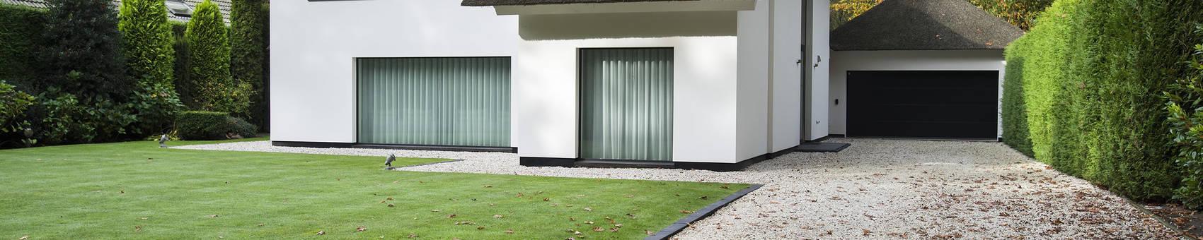 Eigentijds wonen in een rietgedekte villa:  Huizen door Lab32 architecten