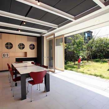 空を臨む家: 原 空間工作所 HARA Urban Space Factoryが手掛けた庭です。