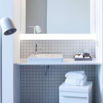 Gastenbadkamers: moderne Badkamer door Duravit