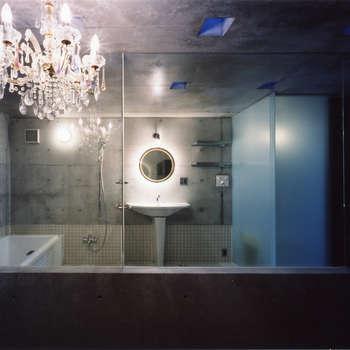 都心商店街の一角にある狭小住宅: スタジオ4設計が手掛けた浴室です。
