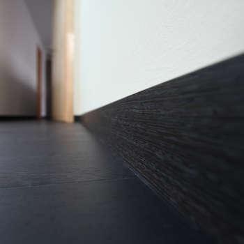 Плинтус - пол: Прихожая, коридор и лестницы в . Автор – Архитектурное бюро Лены Гординой