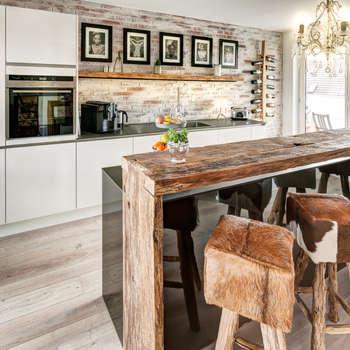 Küche Modern und Altholztheke: moderne Küche von ZABOROWSKI ** Kreativer Innenausbau