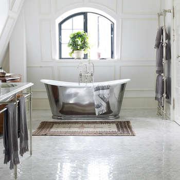 Baños de estilo escandinavo por Drummonds Bathrooms
