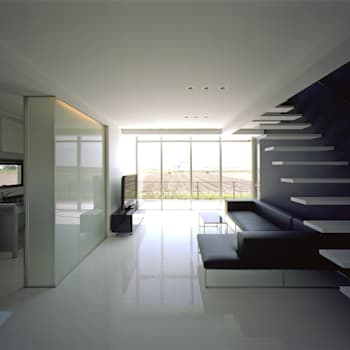 1階リビング: 株式会社アルフデザインが手掛けたリビングです。