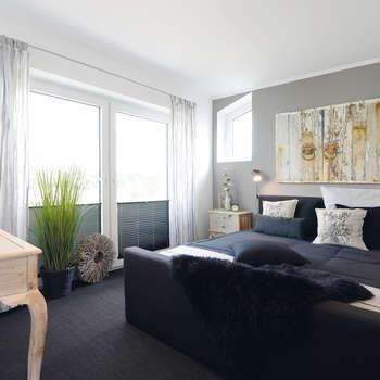 Camera da letto in stile in stile Moderno di Danhaus GmbH