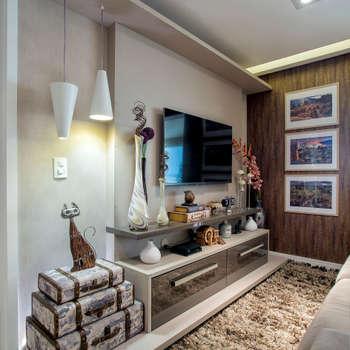 eclectic Media room by Adriana Pierantoni Arquitetura & Design
