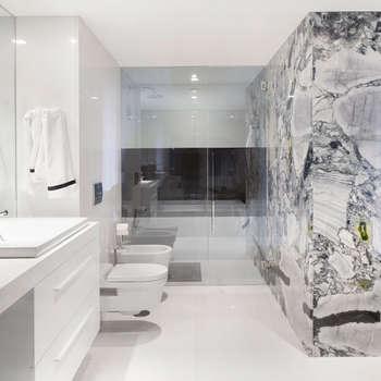 Casa de banho suite: Casas de banho minimalistas por GAVINHO Architecture & Interiors