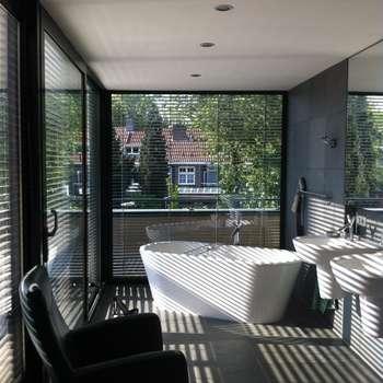 Badkamer als tuinkamer: moderne Badkamer door Van de Looi en Jacobs Architecten