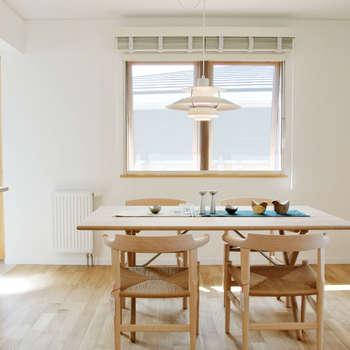 美しいデンマーク家具とライティング: 株式会社 ヨゴホームズが手掛けたリビングです。