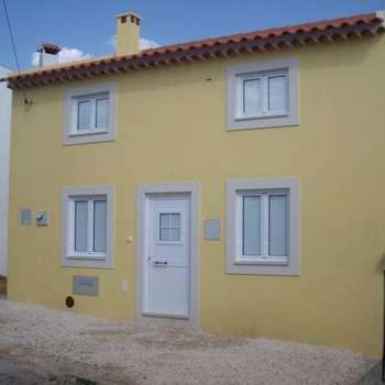 Construção de moradia V2 em estilo rústico para VENDA: Habitações  por Atádega Sociedade de Construções, Lda
