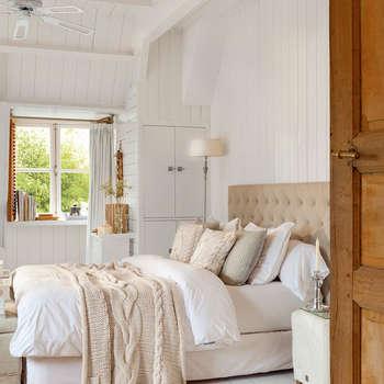 Camera da letto in stile in stile Scandinavo di Casa de Valentina