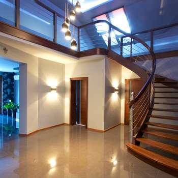 Pasillo, hall y escaleras de estilo  por lifestyle-treppen.de