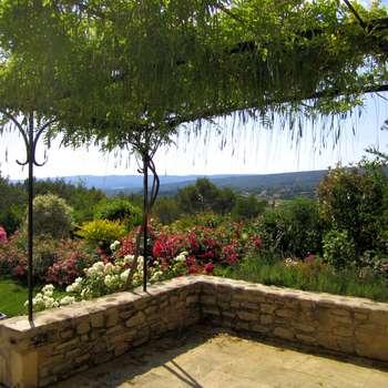 Vue terrasse. Massif rosiers: Jardin de style de style Méditerranéen par I.D.O jardins