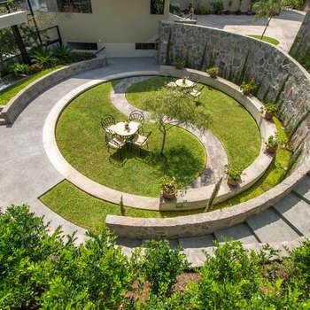 JARDIN COLISEO DE GALLOS: Jardines de estilo moderno por 2.8 I NIKOLAS BRICEÑO arquitecto