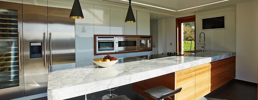 Cozinhas rústicas por HUGA ARQUITECTOS