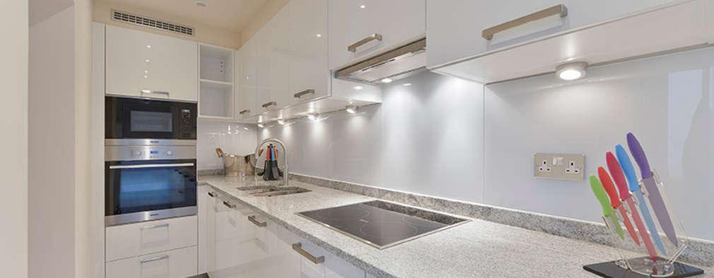 Cocinas de estilo moderno por The Lady Builder