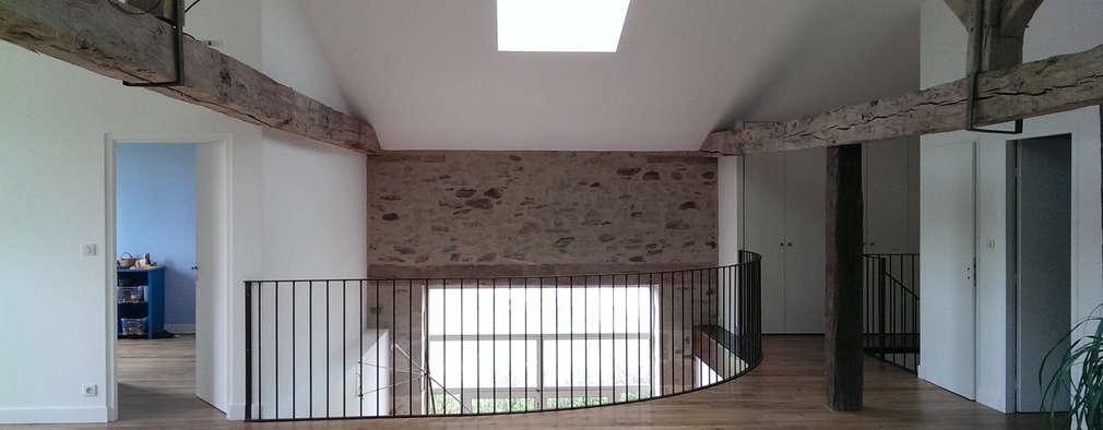 Pasillos y recibidores de estilo  por Jean-Paul Magy architecte d'intérieur