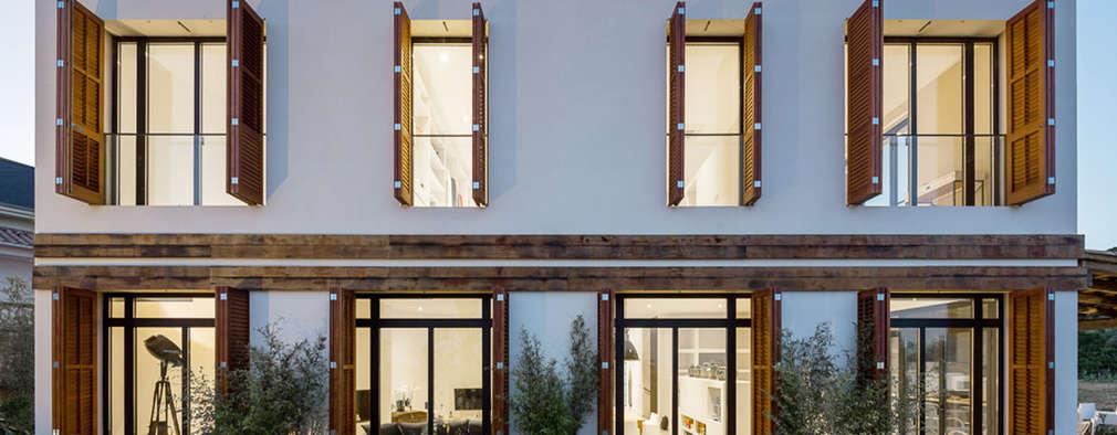 Casas de estilo mediterráneo por 08023 Architects