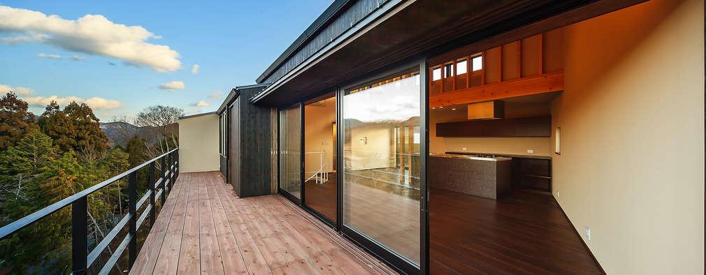 玄燈舎: 傳寶慶子建築研究所が手掛けたベランダです。