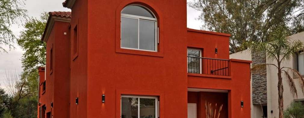 Casas de estilo clásico por Desarrollos Proyecta