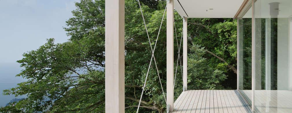 ベランダ~熱海伊豆山Yさんの家: atelier137 ARCHITECTURAL DESIGN OFFICEが手掛けたベランダです。
