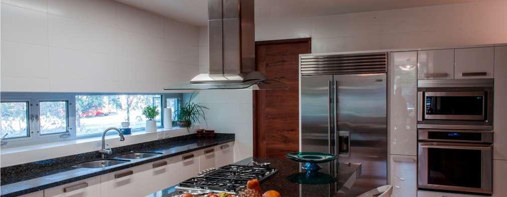 modern Kitchen by GRUPO VOLTA