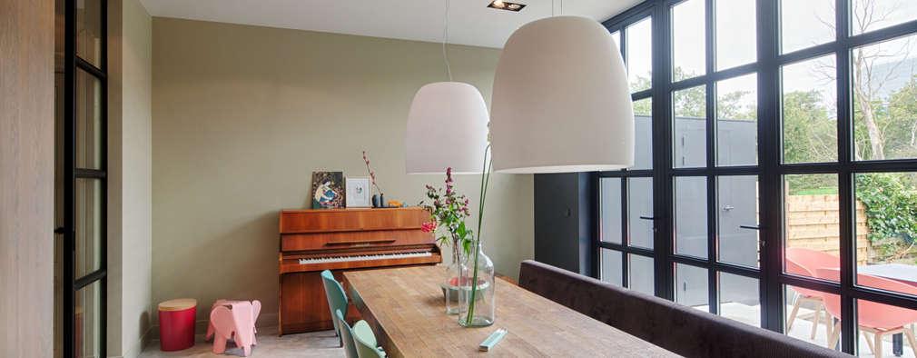 Totaalverbouwing herenhuis: moderne Eetkamer door StrandNL architectuur en interieur