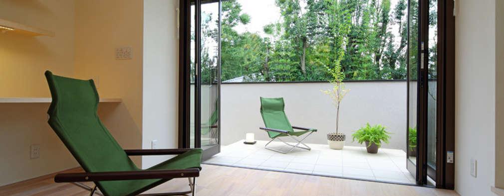 湖風の家 書斎テラス: アーキシップス古前建築設計事務所が手掛けたベランダです。