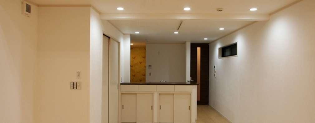 品川の住処: 株式会社ハウジングアーキテクト建築設計事務所が手掛けたリビングです。