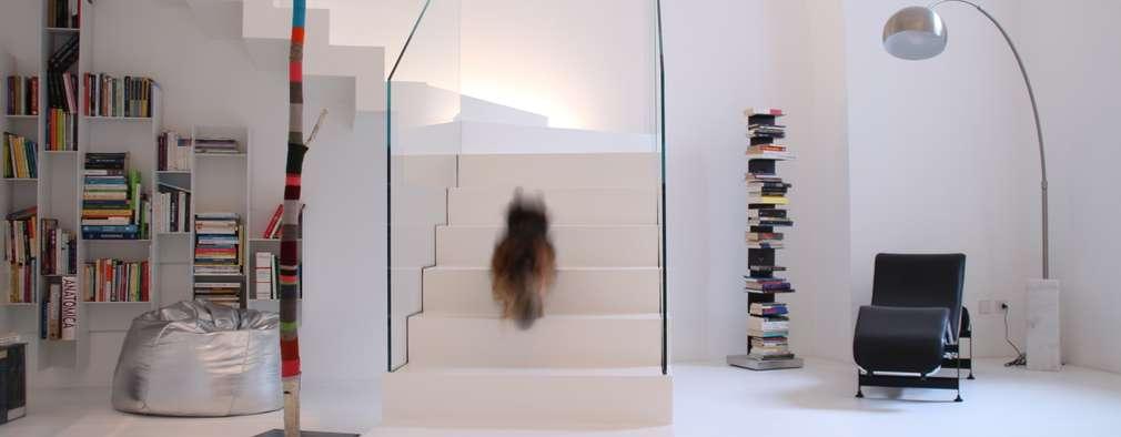 Couloir et hall d'entrée de style  par Serenella Pari design