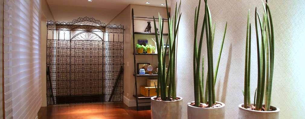 Projekty,  Korytarz, przedpokój zaprojektowane przez MeyerCortez arquitetura & design