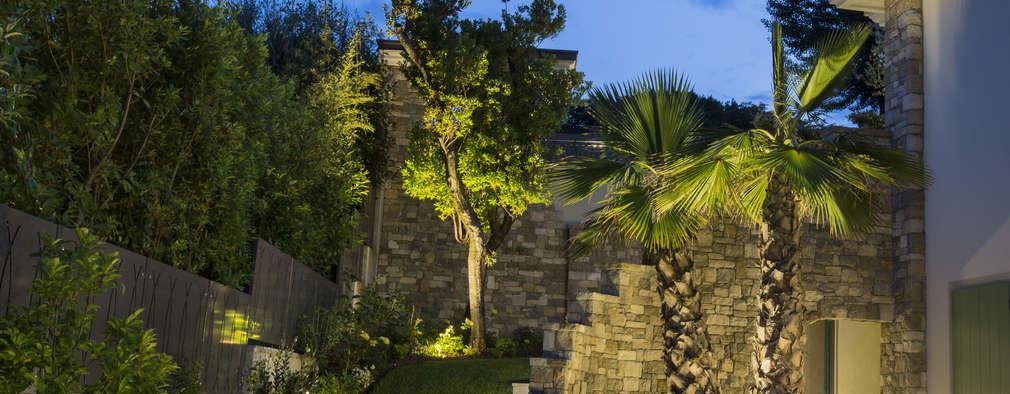 Illuminazione residenziale sul Lago di Garda: Giardino in stile in stile Mediterraneo di PLATEK