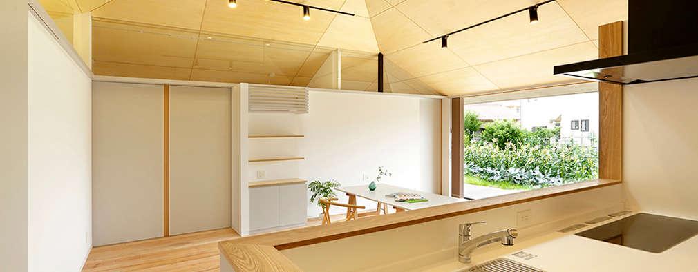 大きな屋根のいえ: miyukidesignが手掛けたキッチンです。
