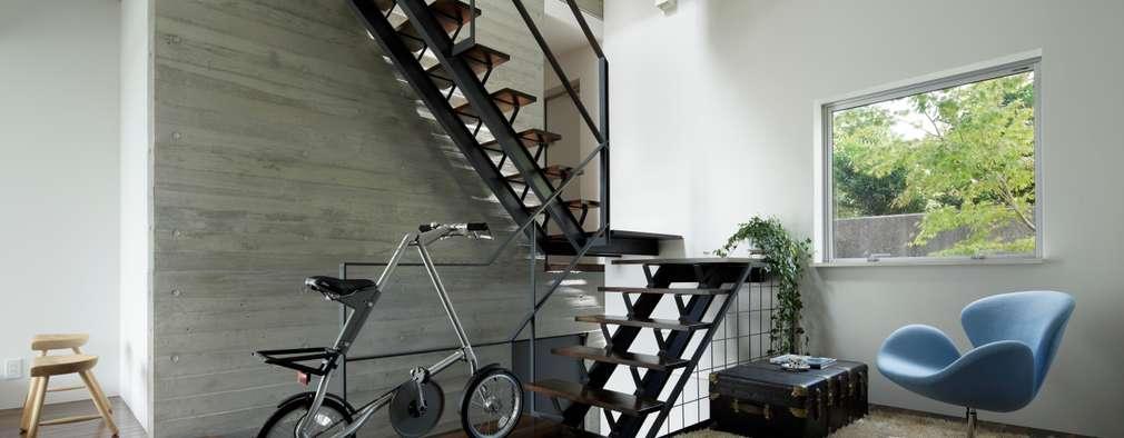 1階ホール 階段: 久保田正一建築研究所が手掛けた玄関・廊下・階段です。