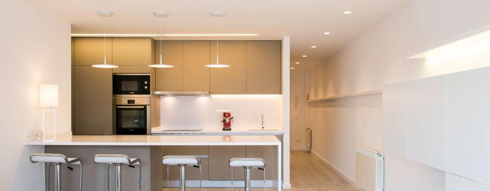 Reforma integral en Enric Granados: Cocinas de estilo minimalista de Global Projects