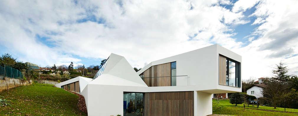 LARA RIOS HOUSE: Fachada: Casas de estilo industrial de miba architects