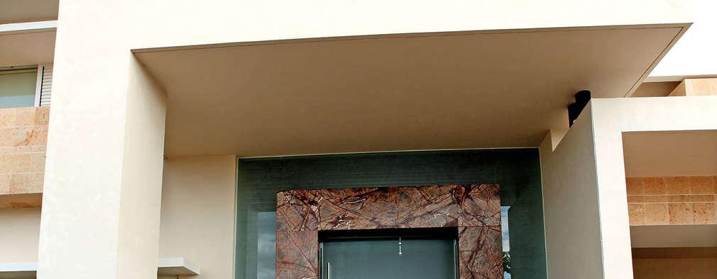 Puertas principales de estilo  por AMEC ARQUITECTURA