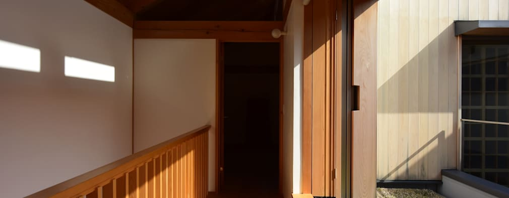 「高円寺の家」フリースペース: 株式会社松井郁夫建築設計事務所が手掛けた玄関・廊下・階段です。