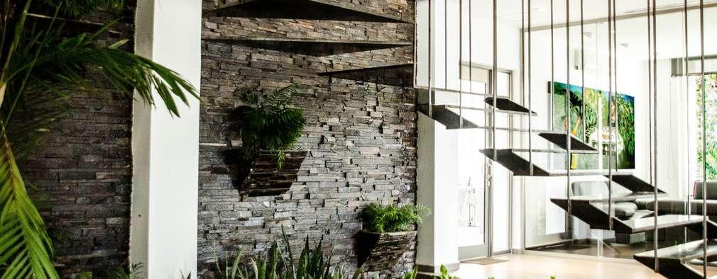 Projekty,  Korytarz, przedpokój zaprojektowane przez ARKOT arquitectura + construcción
