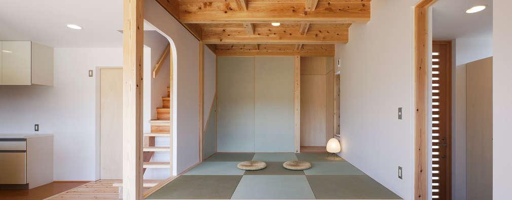 小上りの和室: 芦田成人建築設計事務所が手掛けた壁&フローリングです。