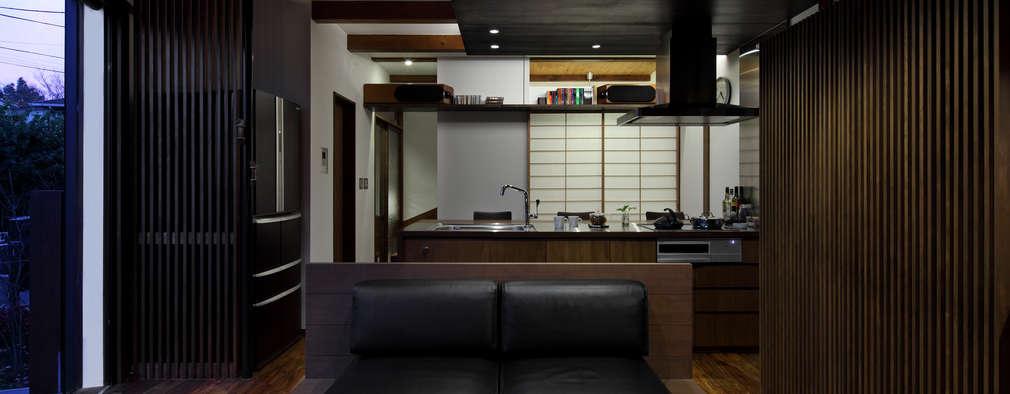 横浜の家: TAMAI ATELIERが手掛けたリビングです。