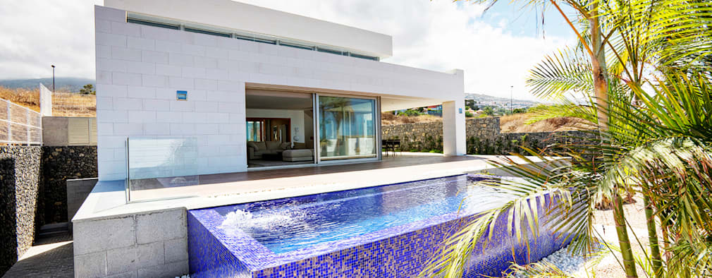 modern Pool by CORREA + ESTEVEZ ARQUITECTURA