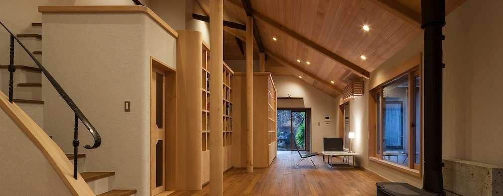 次世代へ引き継ぐ家: 松井建築研究所が手掛けたリビングです。