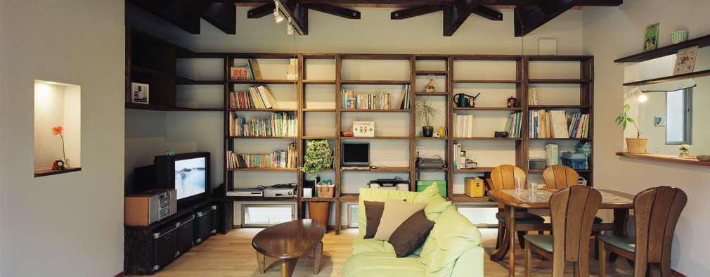 居間造りつけ棚: 小栗建築設計室が手掛けたリビングです。